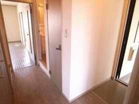 玄関先から、お部屋が丸見えにならない嬉しい造り。