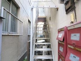 2階へはこの階段で♪