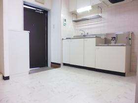 キッチン周り広々としています!収納もタップリ!冷蔵庫沖はキッチン右横です!