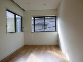 どの居室も窓が大くて日当たり良いです!