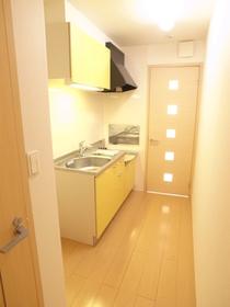 黄色のキッチンで楽しくお料理