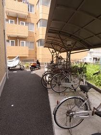 自転車置場は屋根付きです!
