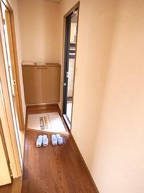 玄関ホールで室内が丸見えにならない!