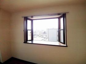 3階角部屋なので出窓があり明るい室内♪