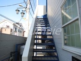 2階に上がる階段です☆
