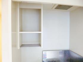キッチン上部に収納スペースあります☆ミニ冷蔵庫も付属されています☆