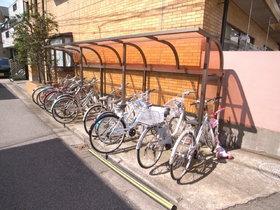 自転車置き場は屋根つき