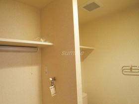 トイレ、洗濯機置き場上に棚あります♪