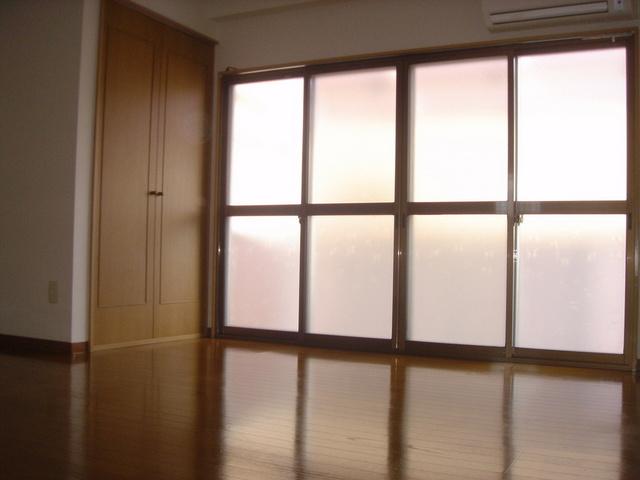 4枚引きの採光面が大きなお部屋です