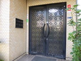 エントランス前のドアです☆
