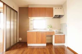 吊り棚付きのキッチン