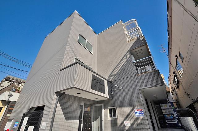 閑静な住宅地にある、落ちついた色合いのキレイな建物です。