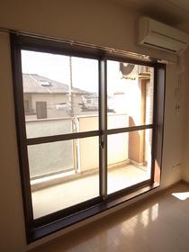 大きな窓がお部屋を明るくしてくれます☆