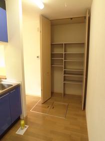 キッチン横の収納も便利☆
