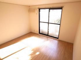 エアコン付きの明るい洋室♪
