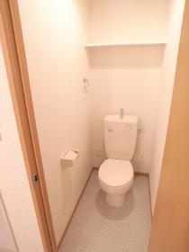 トイレには、便利な収納棚付きです♪