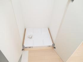 玄関近くに室内洗濯機置き場があります☆扉付き☆