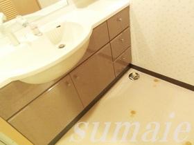大きな鏡付きの独立洗面台☆