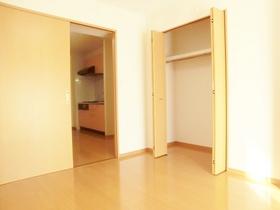 居室綺麗です!居室内にクローゼット収納ございます!