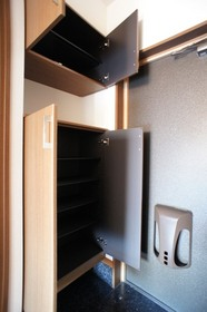 http://image.rentersnet.jp/7675564f-4863-464e-9a69-2bb04700644d_property_picture_961_large.jpg_cap_玄関シューズBOX