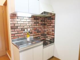 キッチン全体はこんな感じ壁が可愛いです♪