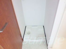 洗濯機置き場はトイレと浴室の間にあります