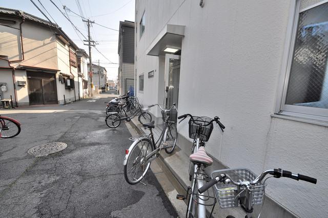 自転車はマンション側にとめてくださいね。