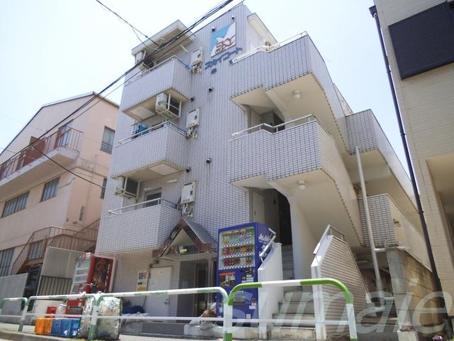 青空に映えるマンションです