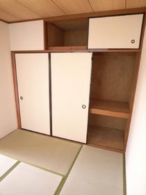 和室には、押入れ収納、洋室にも収納スペースあり。