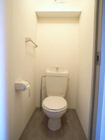 トイレには便利な収納棚付き♪