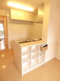 キッチン裏も無駄なく収納スペースに。
