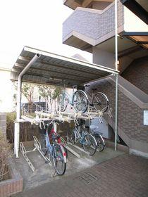自転車置場は屋根付きなんです!!