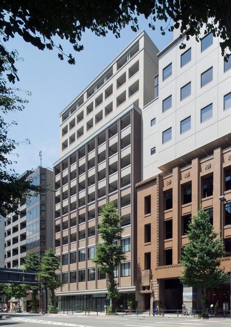 横浜エリアのオフィスの中心地に建つ築浅マンション(写真には一部加工箇所有)