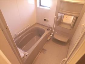 浴槽も広々!換気の窓も付いています♪