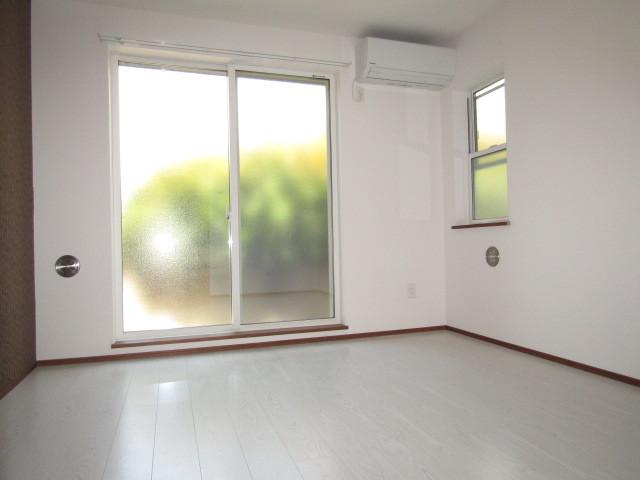 小窓付きのお部屋になります!