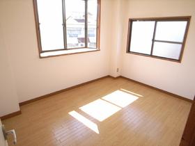 玄関横のお部屋も出窓付きが嬉しい。