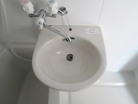 洗面器はバスルームに付いています。