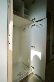 http://image.rentersnet.jp/82082b62-c9f0-4029-9bbd-e945370228ee_property_picture_962_large.jpg_cap_洗濯機置き場は玄関横にございます