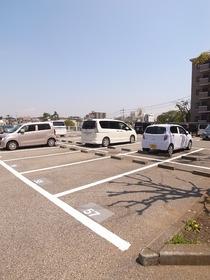 敷地内にたくさん駐車場あります♪