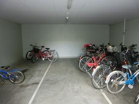 建物内駐輪場です☆