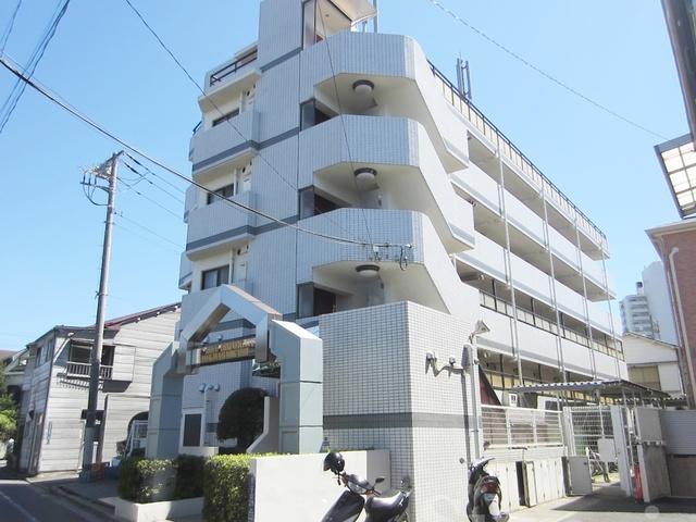 低層住宅街中の大きなマンションです☆