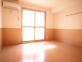 大きな窓がお部屋に光を運んでくれます☆