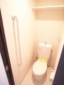 手すりのついたトイレです☆