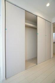 http://image.rentersnet.jp/8df159e1-a641-46ef-96ac-d723e255b153_property_picture_962_large.jpg_cap_広々とした収納スペース。こちらの壁紙を変更できます。