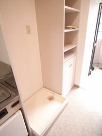 ご安心下さい。もちろん洗濯機置き場は室内です。