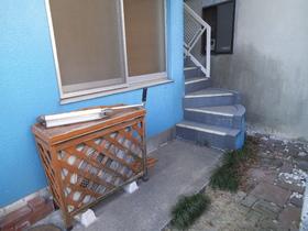 二階へは奥の階段を上っていきます