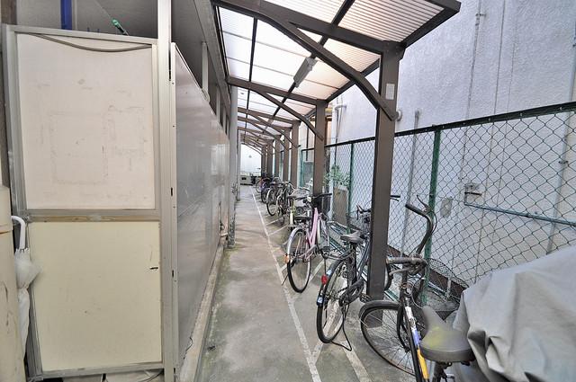 屋内にある駐輪場は大切な自転車を雨から守ってくれます。