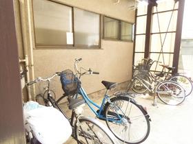 敷地内に屋根付き駐輪スペースが完備