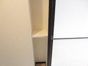 キッチンに小さな収納スペースあります☆