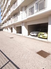屋根つきの駐車場もあり!空きは要確認です!